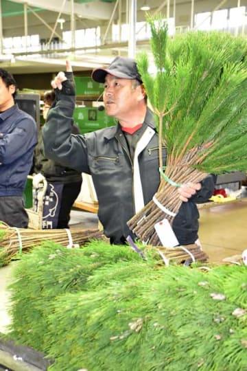 競り人の威勢の良い声が響いた年末恒例の「松市」=8日午前、宮崎市新別府町・市公設地方卸売市場