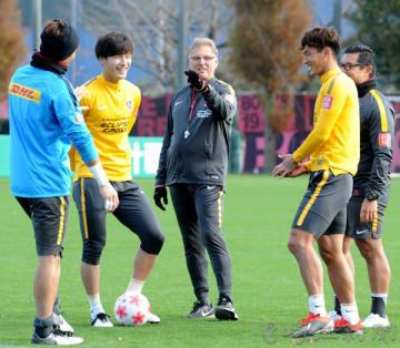 全体練習後、選手たちと談笑する浦和のオリベイラ監督(中央)=8日午前、大原サッカー場