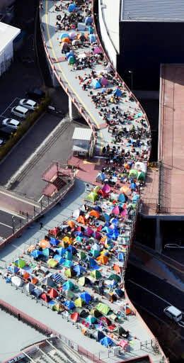 入場券を求め、マツダスタジアム前を埋め尽くしたファンのテント(2月27日)