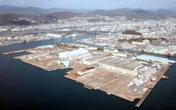 広島県と三菱重工業が連携して産業用地を整備する方針を固めた広島製作所江波工場(手前中央)=11月29日