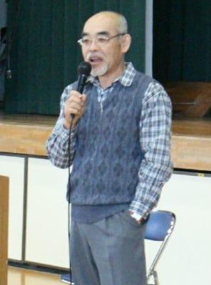 米国や英語学習などについて話す会田裕二さん=杵築市の杵築高校