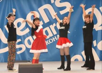 ダンスを披露するダウン症の女性ら=横浜市西区