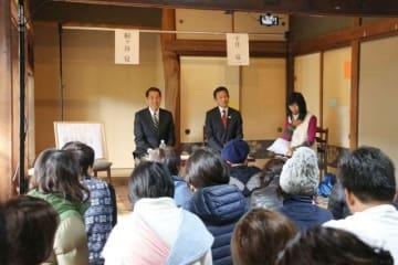 教育や子育て施策について、桐ケ谷氏(左)と平井氏が主張を交わした討論会 =逗子市久木3丁目