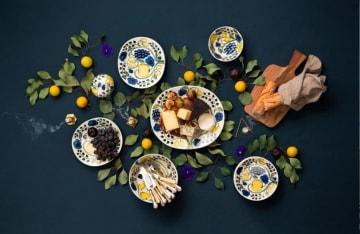パラティッシがある食卓の風景。フルーツにチーズ、パンなどシンプルに食材をのせるだけでも洗練された華やかなテーブルに。