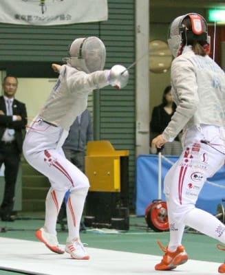 準決勝で鋭い突きを繰り出す江村(左)=東京都の駒沢体育館
