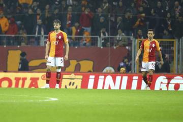 トルコ1部リーグ、リゼスポル戦で同点とされ、立ち尽くすガラタサライの長友佑都(右)=8日、イスタンブール(ゲッティ=共同)