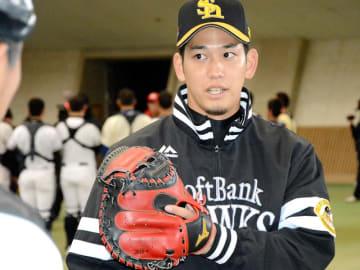 高校生を指導する栗原陵矢捕手=石川県小松市のこまつドーム