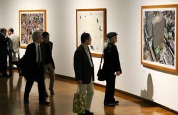 世界各地の都市や自然を題材にした写真が並ぶ「松江泰治 地名事典」展