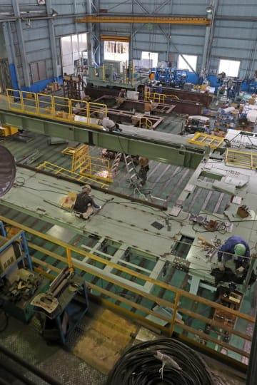 組み立てられる製鉄所向けの生産設備=佐世保市広田4丁目、富士商工