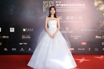 第3回マカオ国際映画祭開幕式のレッドカーペットに登場したタレント・アンバサダーを務める韓国女優のユナさん=2018年12月8日、マカオ文化センター(写真:International Film Festival & Awards, Macao 2018)