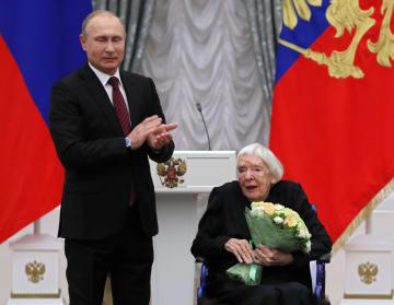 2017年12月、クレムリンでプーチン大統領から表彰を受けるリュドミラ・アレクセーエワさん=モスクワ(AP=共同)