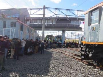 カメラを手に電気機関車の車両を撮影する鉄道ファンら(彦根市古沢町・近江鉄道ミュージアム)