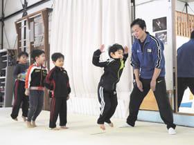 冬休み教室で体操の基本を学ぶ子どもたち=昨年