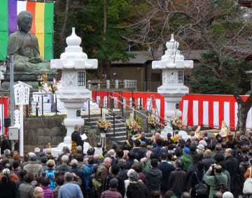 落慶大法要では大仏の修理完了に合わせ、一対の大灯籠もお披露目された=8日、市川市の中山法華経寺