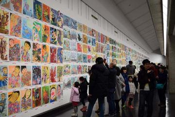 多くの家族連れらでにぎわうこども県展の会場=8日、千葉市中央区の千葉県立美術館