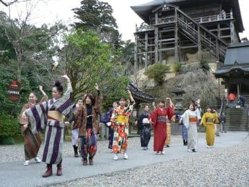 和装でフラメンコを踊るダンサーたち=8日、長南町の笠森完観音境内