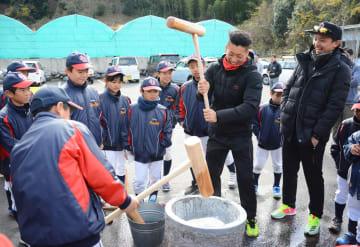 福岡ソフトバンクホークス投手の東浜巨さん(右端)と古澤勝吾さん(右から3番目)と餅をつく子どもたち=唐津市相知町の資源回収会社「ECO.ライン」