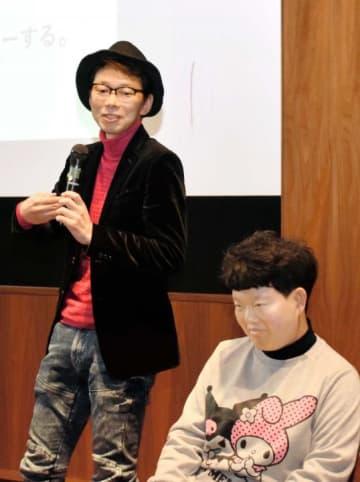 金賞に輝いた企画を発表する正岡昇さん(左)と有重麻由さん=8日午後、松山市堀之内