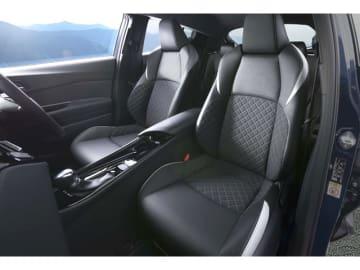 """リダクション機構付のハイブリッドパワートレーン、THSⅡ(2ZR-FXE 1.8)を搭載した特別仕様車G""""Mode-Nero""""の黒を基調にしたインテリア、価格は297.92万円"""