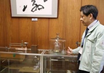 新潟県計量検定所にある「キログラム原器」のレプリカ=三条市興野1