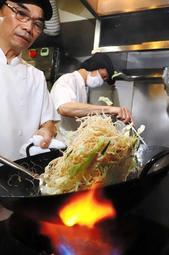 強火で焼き上げるケンミンの焼きビーフン。料理人が本格的な中華料理に仕上げる=神戸市中央区海岸通5、健民ダイニング
