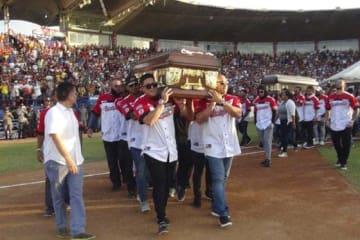 バルブエナとカスティーヨの棺を担ぐカルデナレス・デ・ララのチームメイト【写真:AP】