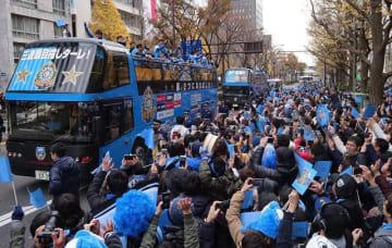 沿道いっぱいのサポーターに囲まれ、川崎イレブンを乗せたバスが進んだ油症パレード=川崎市内