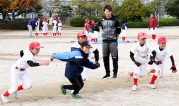 児童の走塁練習を見守る西川選手(手前右から3人目)