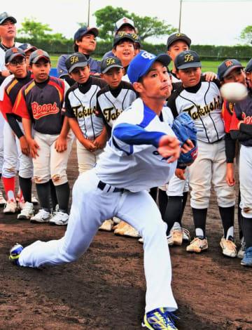 子どもたちの前で全力投球する中日の又吉克樹投手=ANABALL PARK浦添(我喜屋あかね撮影)