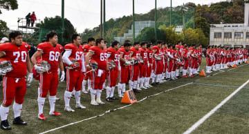 練習試合を終え、整列する日大アメフット部の選手たち=9日、神戸市