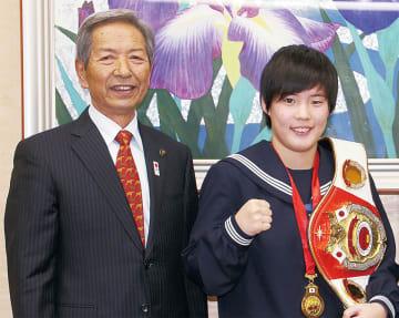 市長に優勝を報告した片柳歩美さん