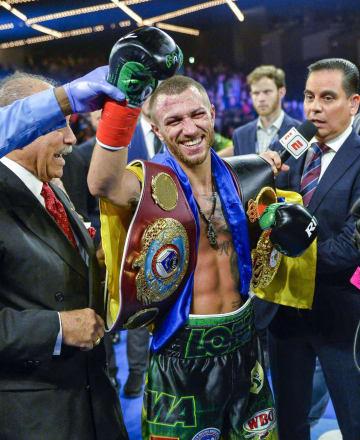 ボクシングの団体王座統一を果たして喜ぶロマチェンコ=ニューヨーク(AP=共同)