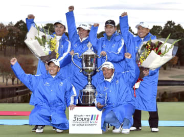 優勝したシニアチームの(前列左から時計回りに)山添昌良、グレゴリー・マイヤー、米山剛、金鍾徳、久保勝美、プラヤド・マークセン=グリッサンドGC