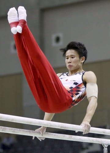 平行棒で優勝した萱和磨=豊田市総合体育館