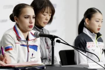 記者会見で質問に答えるロシアのアリーナ・ザギトワ選手。右は紀平梨花選手=バンクーバー(共同)