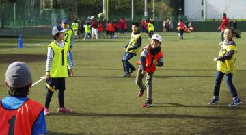 早大グラウンドで開催された野球体験イベントを楽しむ子どもたち=9日午後、東京都西東京市