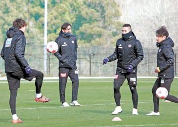 最終調整に励む選手を見守る渡辺監督(左から2人目)