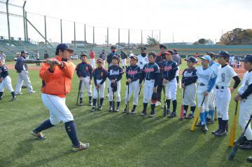 日立製作所野球部の選手から指導を受ける子どもたち=日立市中成沢町