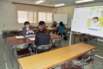 特別養子縁組などを希望する人が制度の説明を受けていた=11月、太田市・県東部児童相談所
