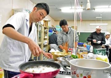 から揚げや茶わん蒸しなどチョウザメの魚肉を使用した料理が並んだ試食会
