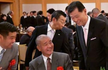 智弁和歌山高・高嶋前監督(中央)、大阪桐蔭高・西谷監督(左端)と談笑する渡辺氏(右)