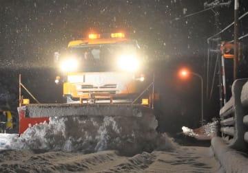 今季初めて出動する除雪車=12月9日午前5時25分ごろ、福井県勝山市北谷町谷