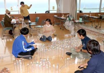 復興イルミネーションプロジェクトの飾りをつくる参加者=8日、糸魚川市横町1