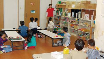 プラザ室で遊ぶ児童(宮前区)