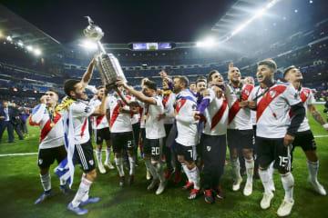 リベルタドーレス杯の優勝トロフィーを掲げて喜ぶリバープレートの選手たち=マドリード(AP=共同)