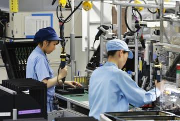 工場で製品を組み立てる作業員