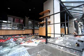 9日、パリの黄色いベスト運動で破壊されたコーヒーチェーン「スターバックス」の店舗(ロイター=共同)