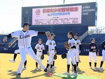 高橋光投手からピッチングの指導を受ける子ども