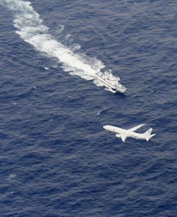 米海兵隊岩国基地所属機が墜落した高知県沖で、捜索活動をする海上保安庁の船と米軍機=6日