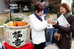 「福寿」で乾杯する来場者=神戸市東灘区御影塚町1